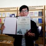 Estudiante de Letras recibe premio por diseño de afiche aniversario de la UNMSM